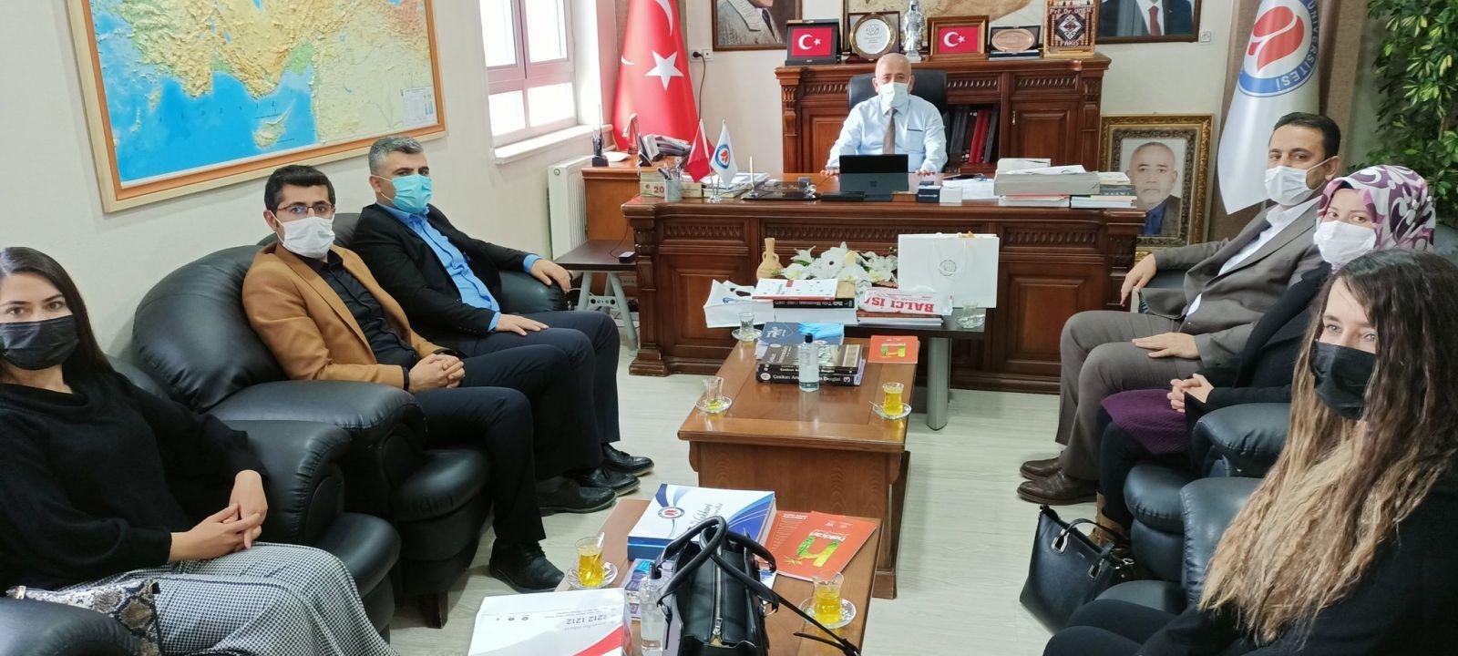 Sendika Yönetimi  ve Kadın Komisyonumuzla beraber Hakkari Üniversitesi Rektörlüğüne Yeniden Atanan Prof.Dr. Ömer PAKİŞ' i Ziyaret Ettik.